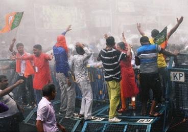 Breaking: কাঁদানে গ্যাস-লাঠিচার্য-জলকামানে রণক্ষেত্র মহানগর